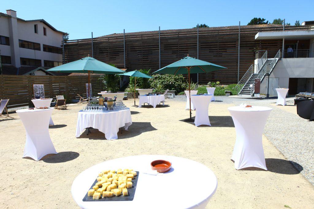 Centre-de-seminaire—patio